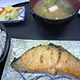 生鮭を焼く
